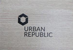 Impressão de logotipo em materiais de madeira por WER-D4880UV